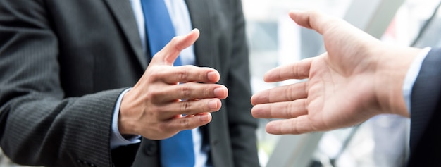Businessman making handshake with partner Premium Photo