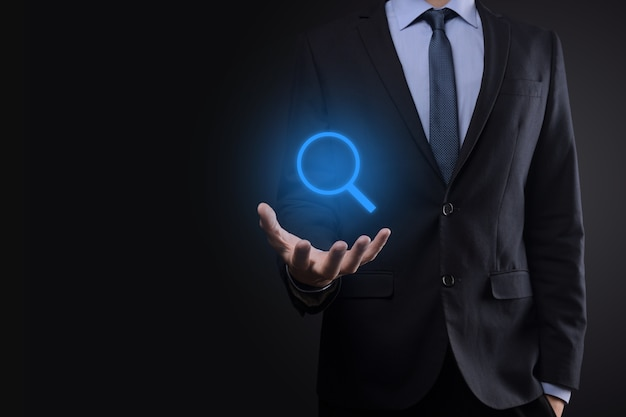 사업가, 남자 손에 돋보기 Icon.business, 기술 및 인터넷 개념 개최 프리미엄 사진