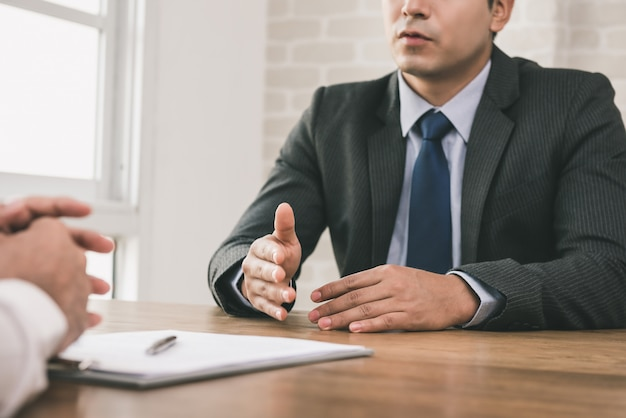 Businessman negotiating with client at the table Premium Photo