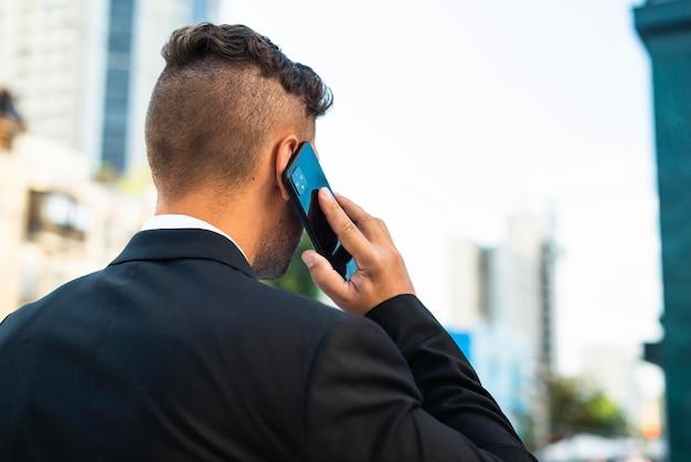 사업가 야외에서 다시 촬영에서 전화 통화 무료 사진