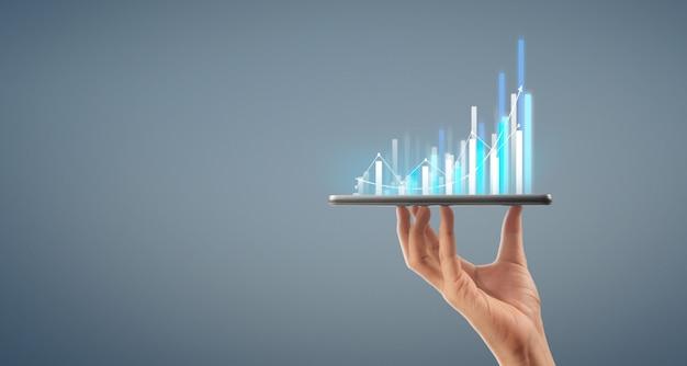 ビジネスマン計画グラフの成長と彼のビジネスでグラフの肯定的な指標の増加 Premium写真