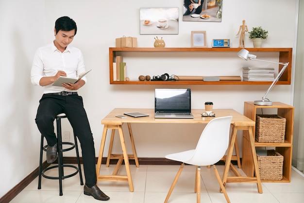 Businessman planning his work Free Photo