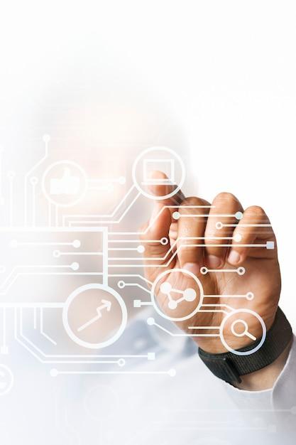 Бизнесмен, указывая на свою бизнес-презентацию на цифровом экране высоких технологий Бесплатные Фотографии