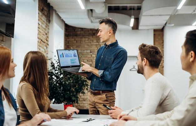会議でプロジェクトを提示するビジネスマン Premium写真