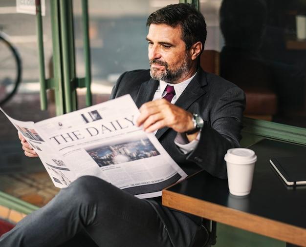 毎日のニュースを読んでいるビジネスマン 無料写真