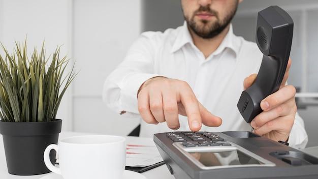 Бизнесмен готов сделать телефонный звонок Premium Фотографии
