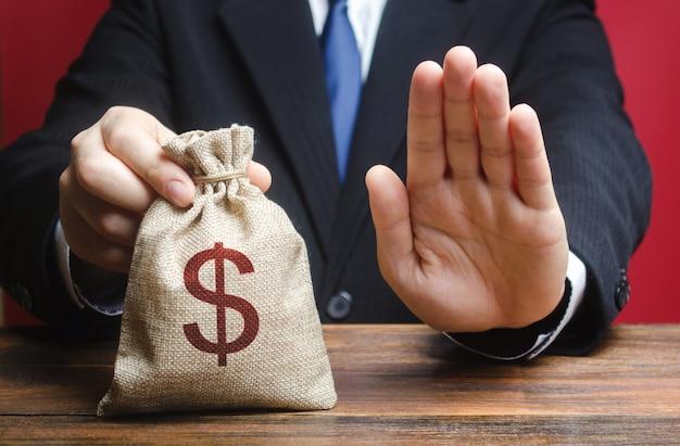ビジネスマンはお金の袋を与えることを拒否します。ローン住宅ローンの付与を拒否 Premium写真