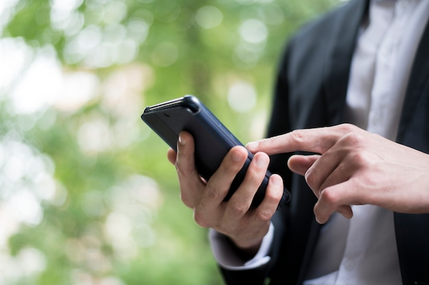 彼の電話でスクロールの実業家 無料写真
