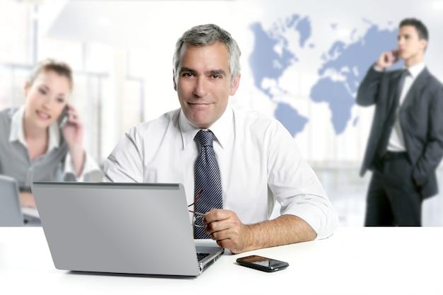 Businessman senior expertise teamwork world map Premium Photo