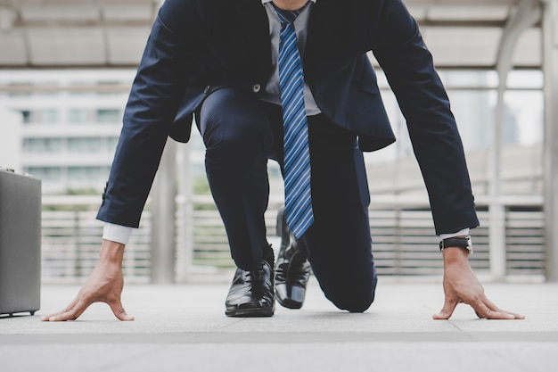 Businessman set in start running position prepare to fight in business race. Premium Photo