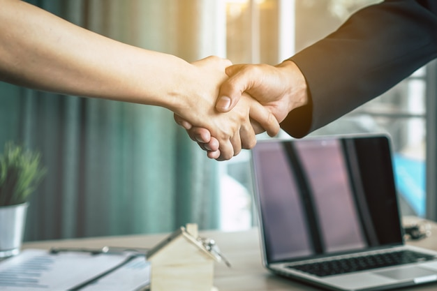 Businessman shaking hands with client / customer Premium Photo