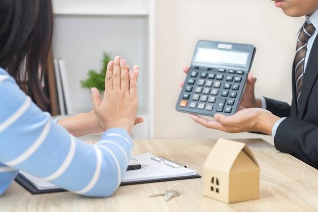 Businessman showing the home price Premium Photo