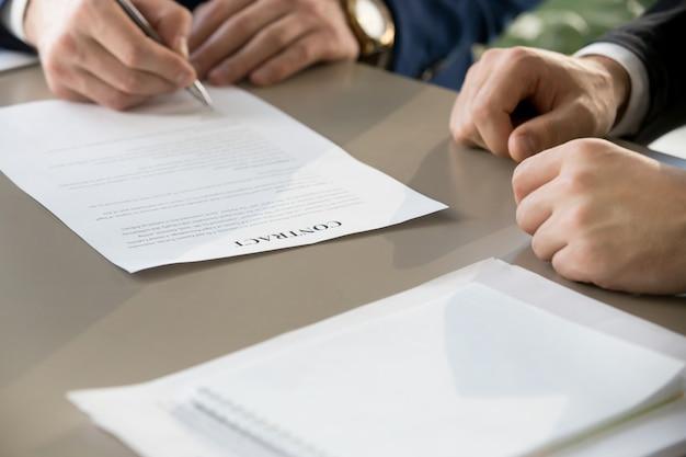 Контракт бизнесмена подписывая на встрече, фокусе на документе, clos Бесплатные Фотографии