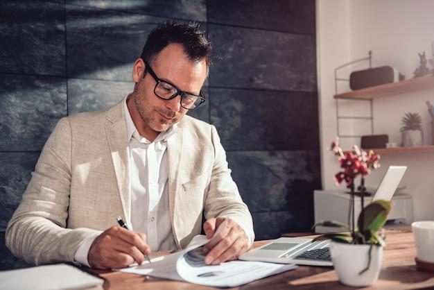 Businessman signing contract Premium Photo