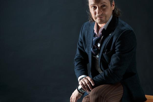 Uomo d'affari seduto su una poltrona Foto Gratuite