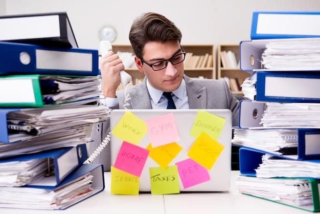 Businessman struggling with multiple priorities Premium Photo