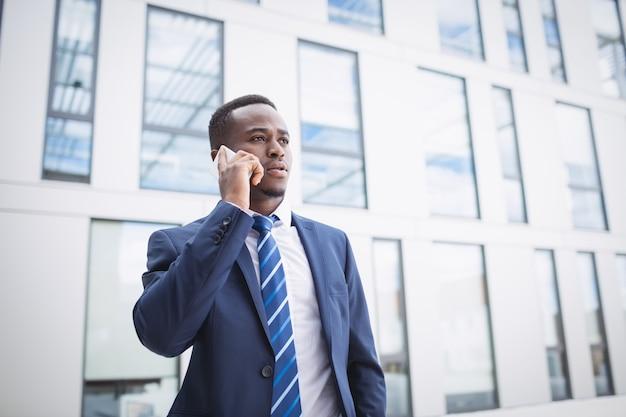 携帯電話で話している実業家 無料写真