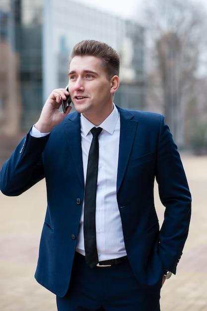 Businessman talking on the phone on the street Premium Photo
