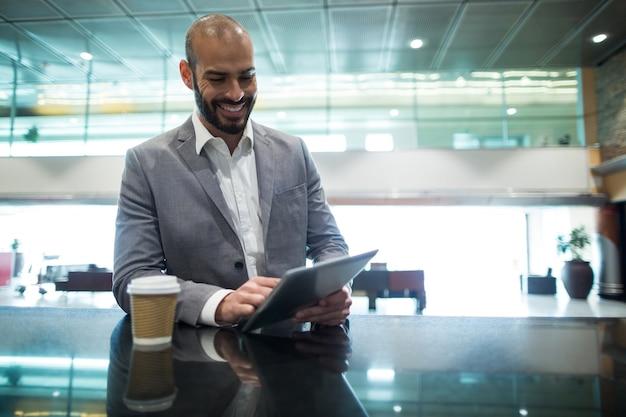 待合室でデジタルタブレットを使用してビジネスマン 無料写真