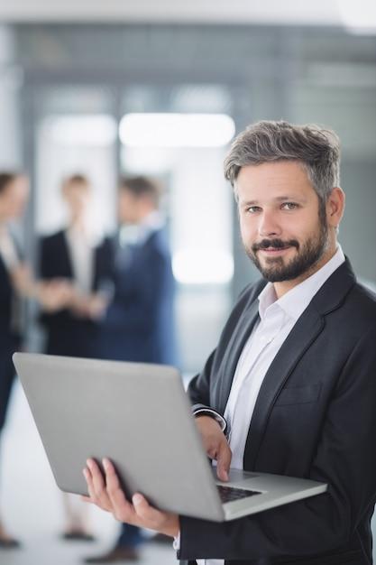 Imprenditore utilizzando laptop Foto Gratuite