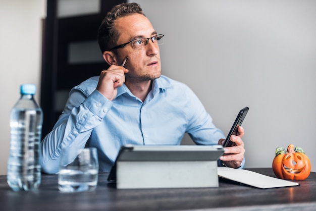 Businessman with eyeglasses working from home. Premium Photo
