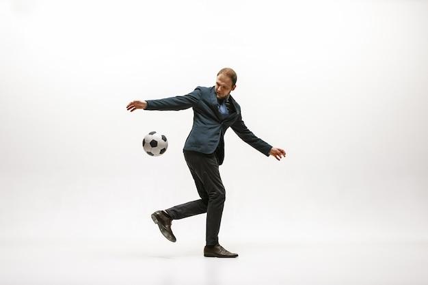 オフィスでサッカーボールを持つビジネスマン 無料写真