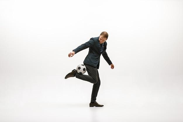 Бизнесмен с футбольным мячом в офисе Бесплатные Фотографии