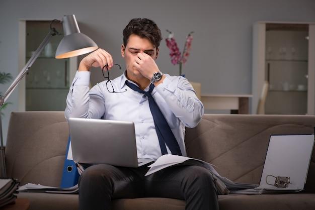 Трудоголик бизнесмен работает допоздна Premium Фотографии