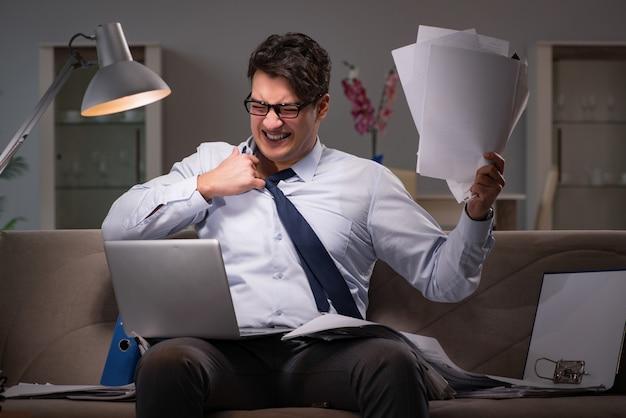 自宅で遅くまで働くビジネスマン仕事中毒 Premium写真