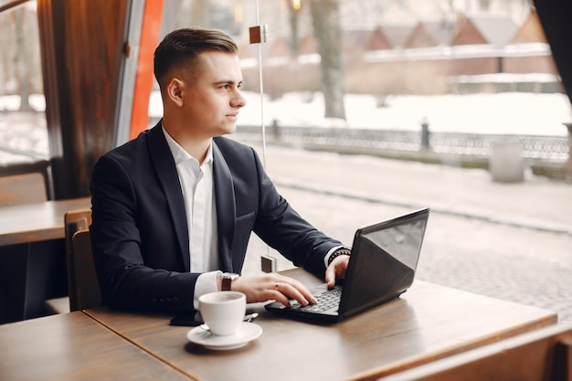 Businessman working in a cafe Free Photo