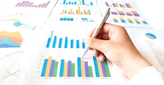 Бизнесмен работает рассчитать документ данных график диаграмма отчет разработка маркетинговых исследований Premium Фотографии
