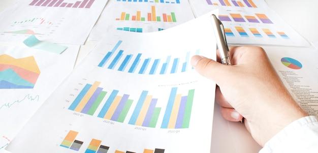 Бизнесмен, работающий рассчитать график документа данных Premium Фотографии