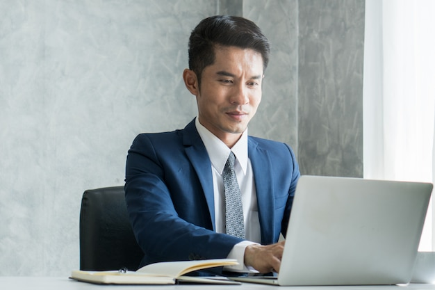 Businessman working on laptop. Premium Photo