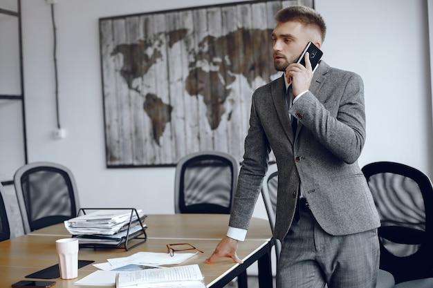 Uomo d'affari che lavora in ufficio.l'uomo sta parlando al telefono.guy in un vestito di affari Foto Gratuite