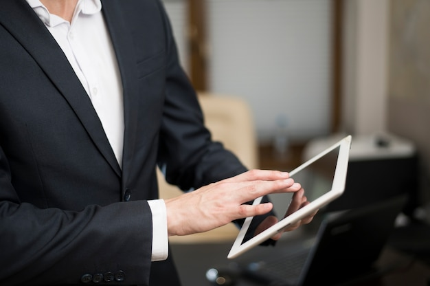 Businessman working on tablet Free Photo