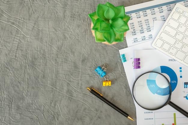 사무실 책상, 평면도에 문서와 키보드를 사용하는 사업 프리미엄 사진