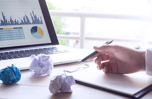 Бизнесмен, работающий с ноутбуком и современный ноутбук с бизнес-диаграммой графа. Premium Фотографии