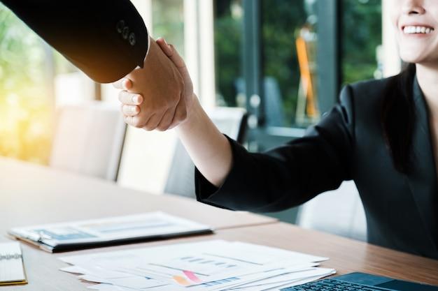 ビジネスパートナーシップ会議のコンセプト。画像businessmansハンドシェイク。多くの成功したビジネスマンのハンドシェイク。 Premium写真