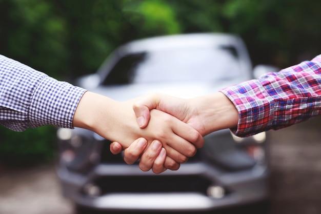 ビジネスマンは中古車を売買しています Premium写真