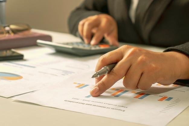 Бизнесмены просматривают отчеты, финансовые документы для анализа финансовых данных, рабочие идеи и рыночные данные. Premium Фотографии