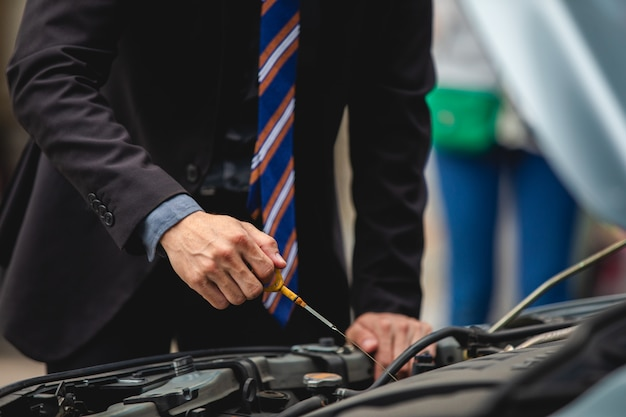Businessmen help businesswomen check and repair broken cars Premium Photo