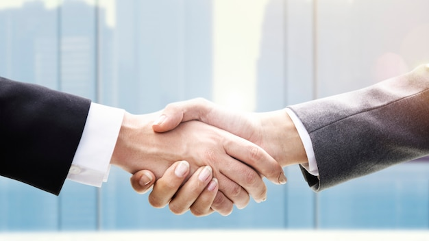 Businessmen shaking hands Premium Photo