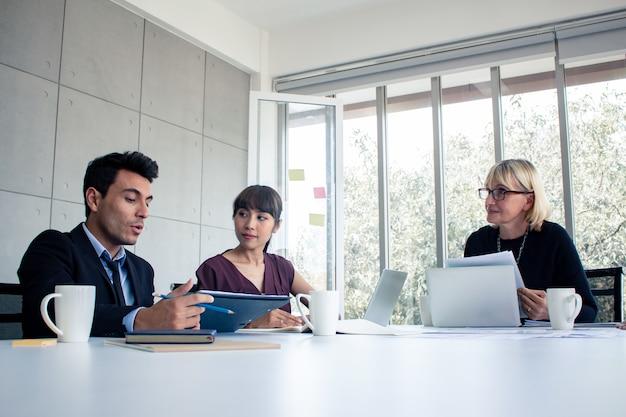 ビジネスマンは会社の仕事を交渉するために話します。 Premium写真