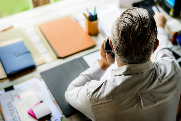 Businesspeople answering the phone call Free Photo