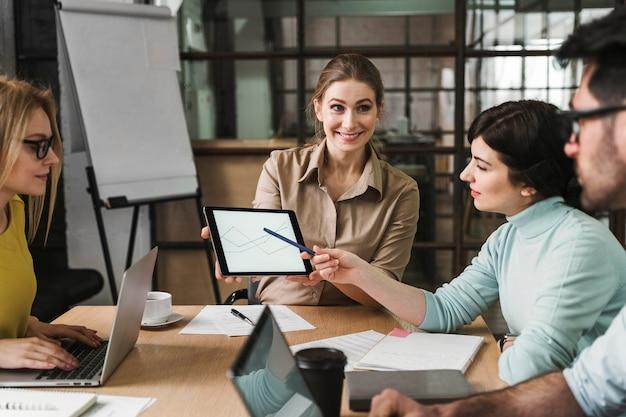 Бизнесмены, имеющие встречу в помещении Бесплатные Фотографии