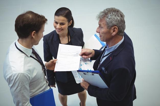 Деловые люди обсуждают документ Premium Фотографии