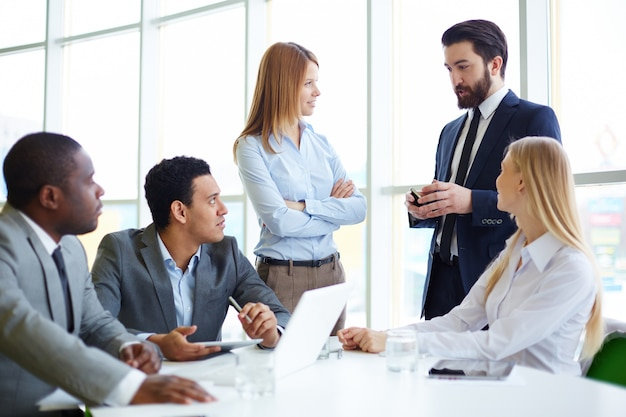 Businesspeople listening to the boss Free Photo