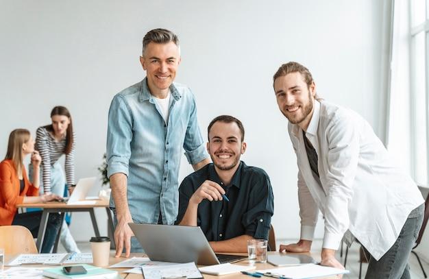 Встреча бизнесменов в офисе работает Бесплатные Фотографии