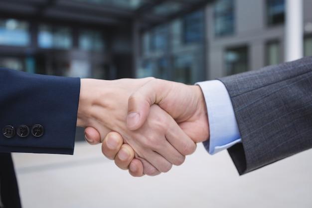 Persone di affari che agitano le mani Foto Gratuite