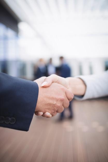 Бизнесмены, пожимая руки Бесплатные Фотографии